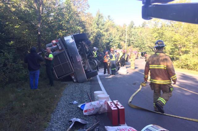 Un camion semi-remorque transportant des palettes de bois... (Spectre Média, Jessica Garneau)
