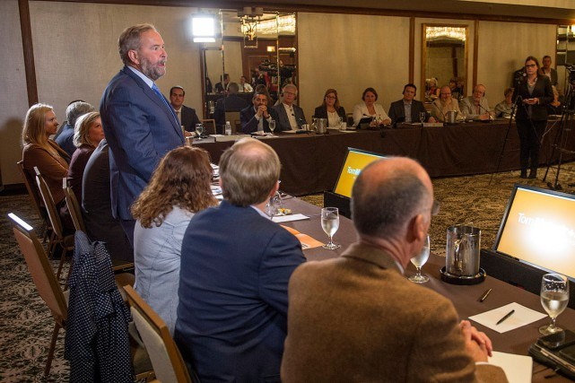 Tom Mulcair s'adresse aux membres du caucus du... (Photo Paul Chiasson, archives PC)