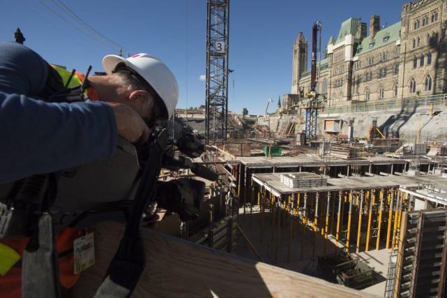 L'immense structure d'acier encadrant l'édifice de l'Ouest est... (Adrian Wyld, La Presse canadienne)