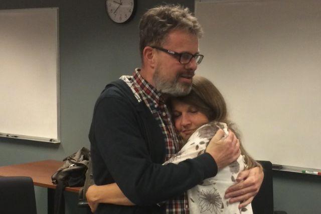 Kevin Garratt a enlacé sa femme à l'aéroport... (THE CANADIAN PRESS)