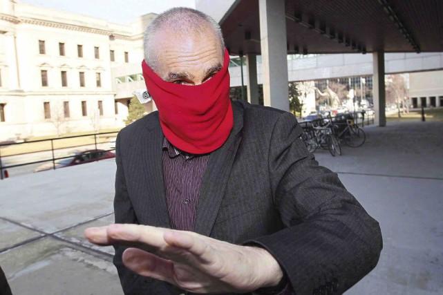 L'ex-entraîneur Graham James, qui s'était caché le visage... (La Presse canadienne, John Woods)