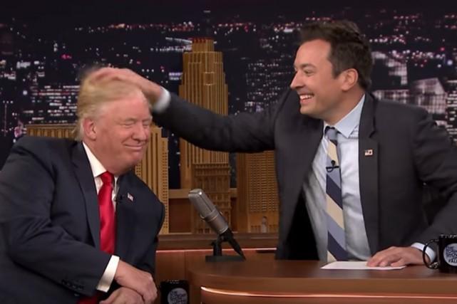 Jimmy Fallon s'est amusé à ébouriffer les cheveux... (Tirée d'une vidéo)