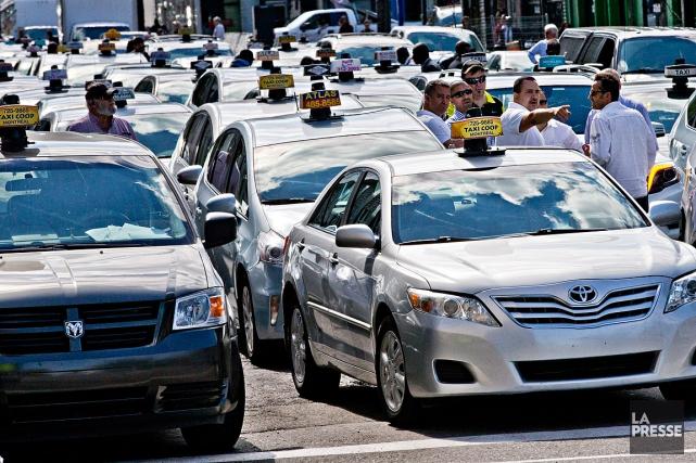 Des chauffeurs de taxi se sont rassemblés hier... (Photo Patrick Sanfaçon, archives La Presse)