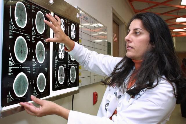 Un médecin observe les résultats d'un examen tomodensitométrique... (Archives AP, Adele Starr)