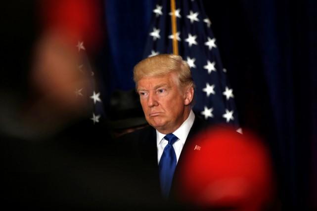 Le candidat républicain réagit alors que des journalistes... (photo Mike Segar, REUTERS)