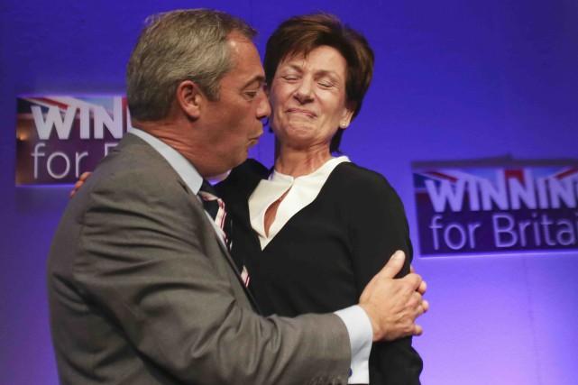 Le chef sortant de l'UKIP,Nigel Farage embrasse la... (AFP, Daniel Leal-Olivas)