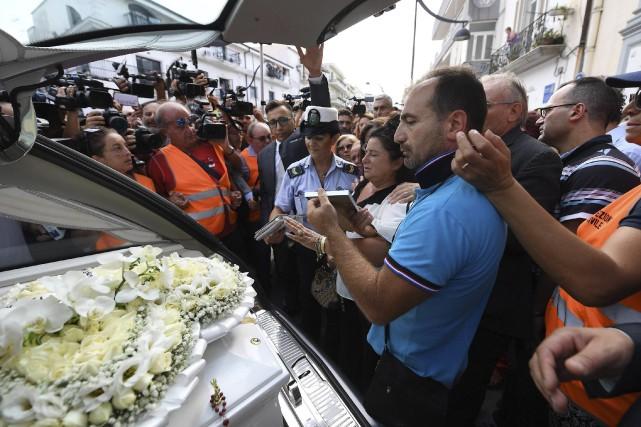 Un dernier adieu a été fait à Tiziana... (AP, Ciro Fusco)