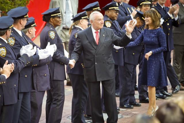 William Bratton (au centre, cravate rouge).... (Photo AP)