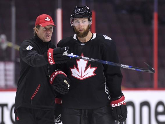 L'entraîneur-chef Mike Babcock, le défenseur Jake Muzzin, et... (La Presse canadienne, Sean Kilpatrick)