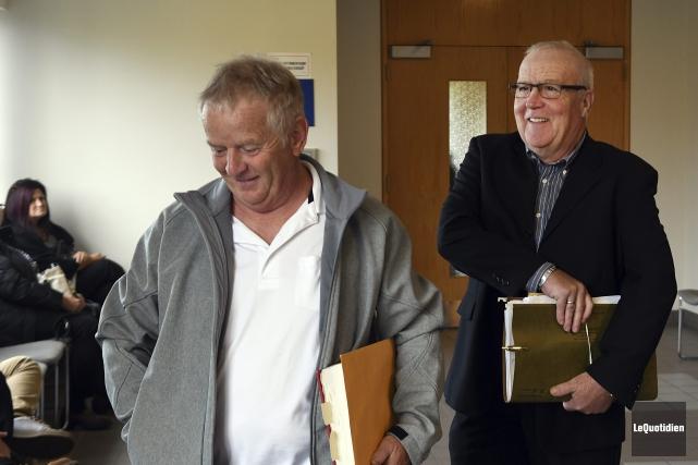 Le vétérinaire Yves Dubord (à gauche) prétend que... (Photo Le Quotidien, Rocket Lavoie)
