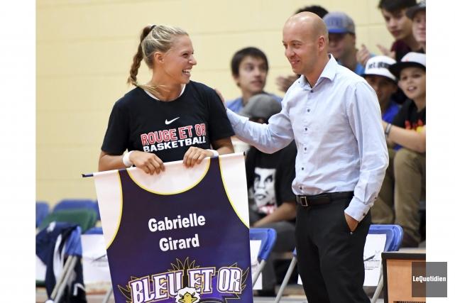 Le chandail numéro 11 de Gabrielle Girard a... (Photo Le Quotidien, Rocket Lavoie)