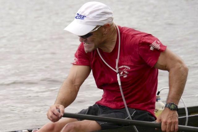 Lorsqu'il saute dans le canot, Guy Rousseau se...