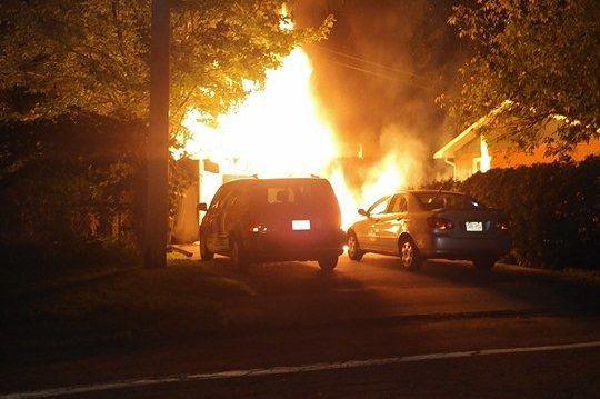 Un premier feu s'est déclenché dans un garage... (Photo fournie, Vincent Bérard)