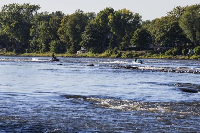 Un kayak avec deux occupants s'est fait emporter... (PHOTO EDOUARD PLANTE-FRECHETTE, La Presse)