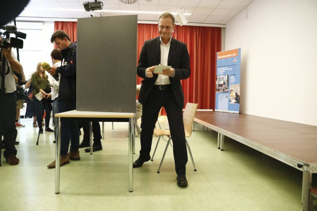 Le maire de Berlin Michael Mueller inscrit son... (Photo Odd Andersen, Agence France-Presse)
