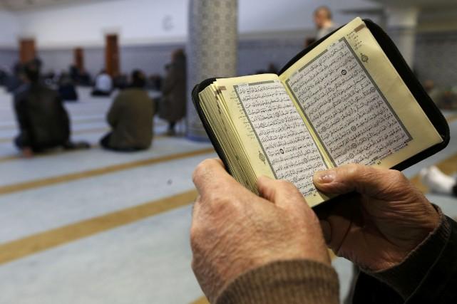 Un homme lit le Coran dans une mosquée... (Photo Vincent Kessler, archives REUTERS)