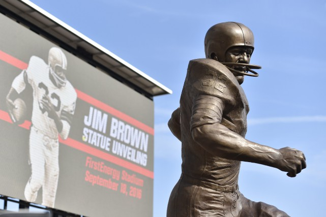 Jim Brown a été immortalisé avec une sculpture érigée... (PHOTO David Richard, AP)