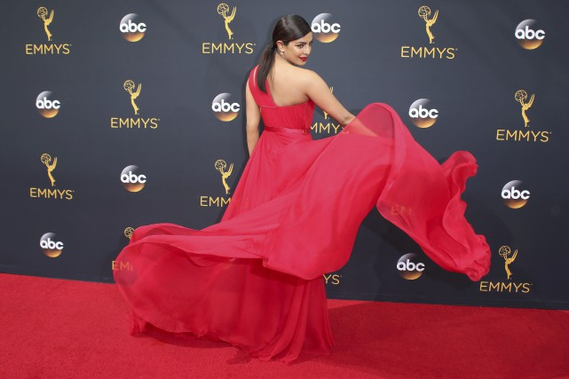 Priyanka Chopra a fait tournoyer sa robe vaporeuse rouge... (Photo Reuters)