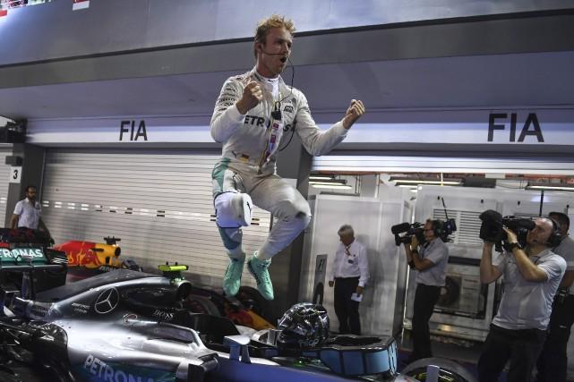 Nico Rosberg sautait de joie après sa victoire... (AFP, Mohd Rasfan)