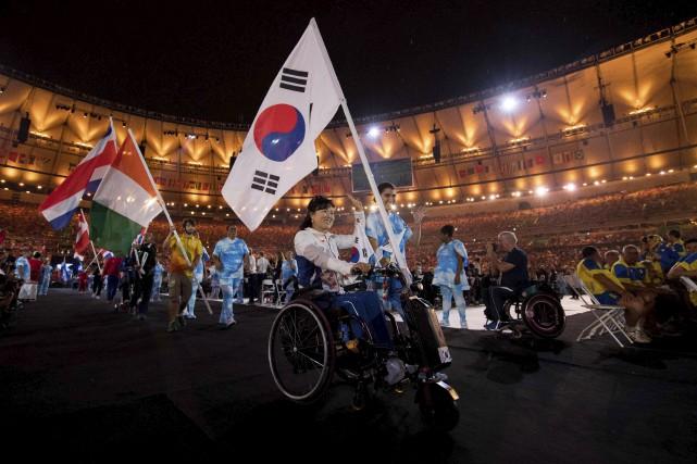 La porteuse de drapeau coréenne Lee Hwa Sook... (AFP)