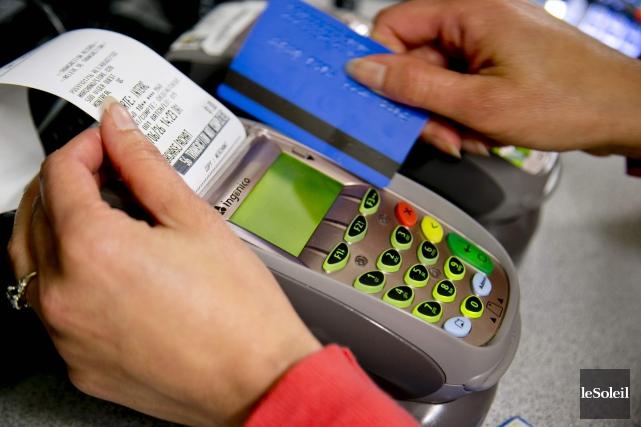 Lorsqu'un client paie avec sa carte de crédit,... (Photothèque Le Soleil)