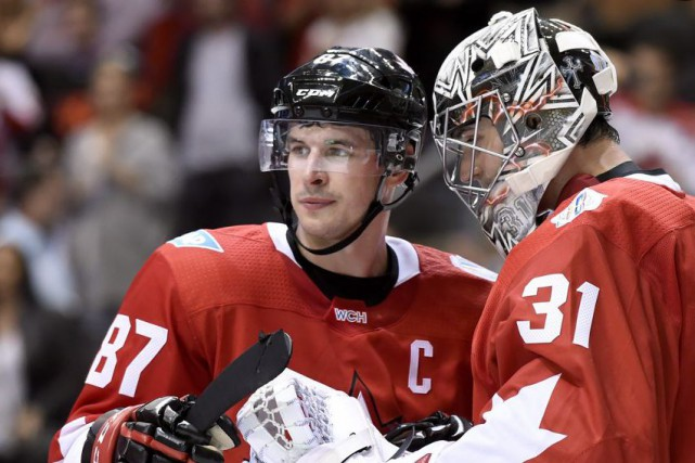 Sidney Crosby et Carey Price célèbrent la victoire... (Nathan Denette, La Presse canadienne)