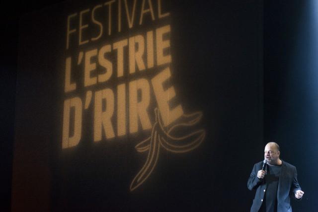 L'humoriste Sylvain Laroque a bien réchauffé la salle... (Spectre média, Julien Chamberland)