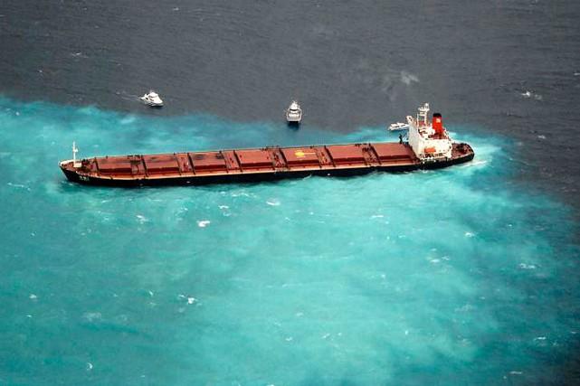 Trois tonnes de carburant s'étaient échappées du réservoir... (Photo Australian Maritime Safety Authority, via archives AP)