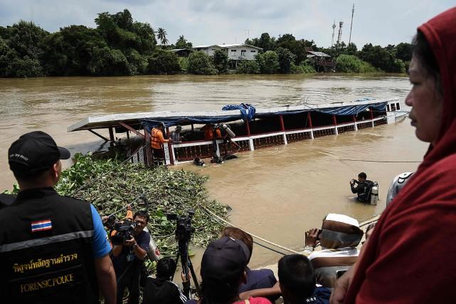 Le bateau était prévu pour 50personnes et plus... (Photo LILLIAN SUWANRUMPHA, AFP)