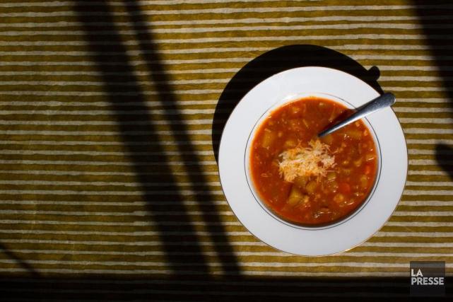 La soupe aux légumes de la chef Marie-Pierre... (PHOTO ÉDOUARD PLANTE-FRÉCHETTE, LA PRESSE)
