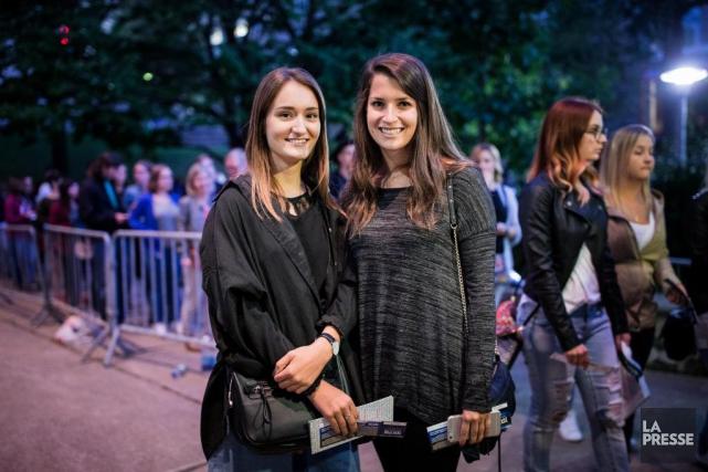 Caroline Desroches et Rachelle Montigny à l'entrée du... (PHOTO ÉDOUARD PLANTE-FRÉCHETTE, LA PRESSE)