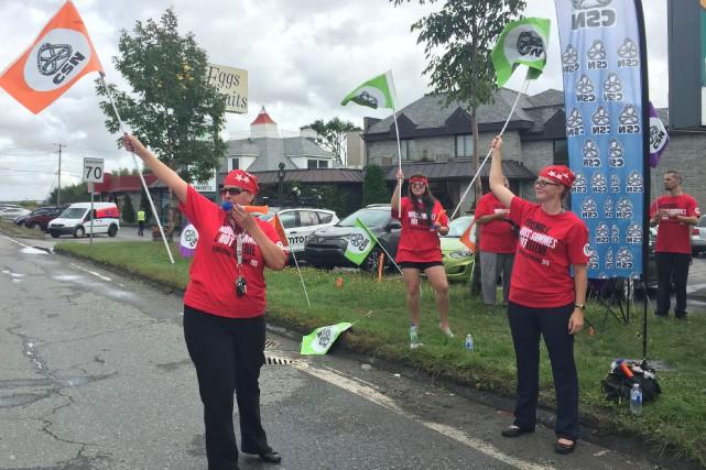 Forts d'un mandat de grève voté à 100 pour cent, les syndiqués de l'Hôtel...