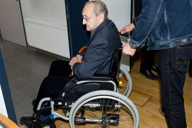 Calé dans un fauteuil roulant, Hubert Zafke a... (photo  Stefan Sauer, dpa/AFP)