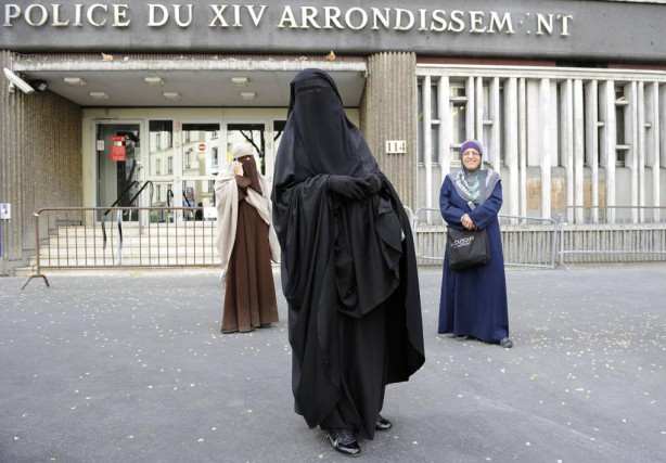 Deux musulmanes françaises vêtues d'une burqa et d'un... (Photo Gonzalo Fuentes, archives REUTERS)