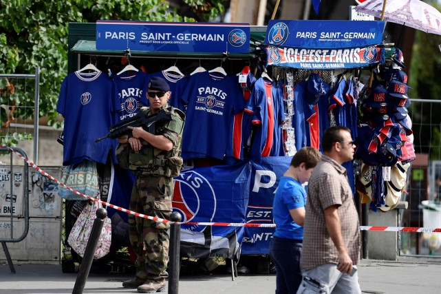 Un militaire monte la garde devant un kiosque... (photo MIGUEL MEDINA, AFP)