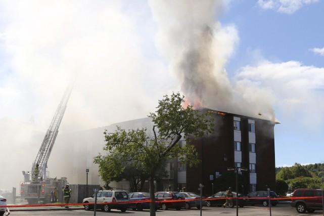 Un violentincendie a ravagé le 420, boulevard Cité-des-Jeunes,... (Patrick Woodbury, LeDroit)