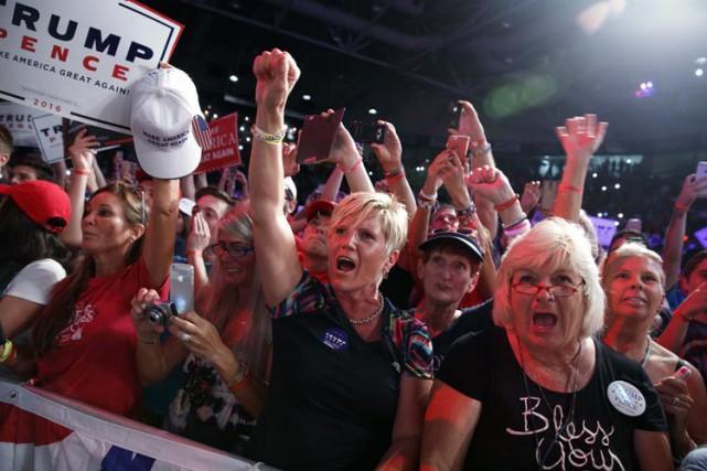 Des partisans de Donald Trump accueillent le candidat... (PHOTO AP)