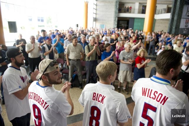Une bonne foule attendait les Champions (littéralement) à... (Martin Roy, LeDroit)