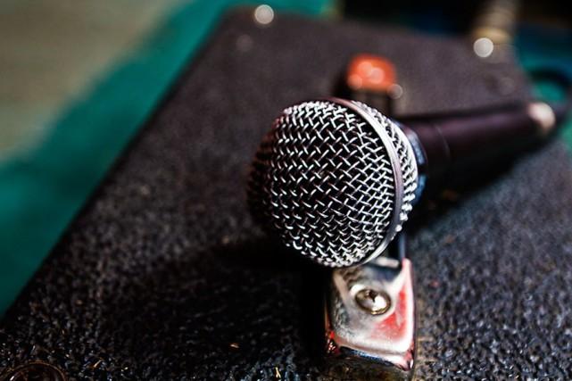 Les adeptes du karaoké pourront reprendre le micro dans certains bars de... (Photothèque La Presse)