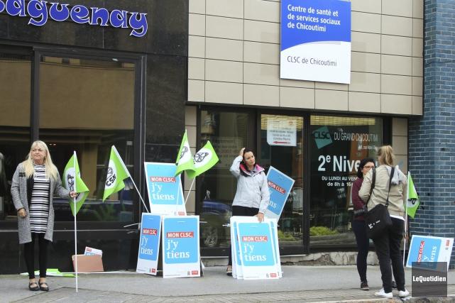 Des militants ont organisé une activité de visibilité... (Photo Le Quotidien, Yohann Gasse)