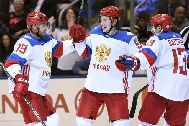 Andrei Markov (79) et Pavel Datsyuk (13) félicitent... (La Presse Canadienne, Frank Gunn)