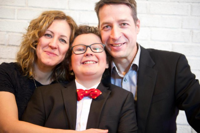 Willem, 10 ans, entouré de ses parents, Caroline Simard... (Photo Patrick Woodbury, archives Le Droit)