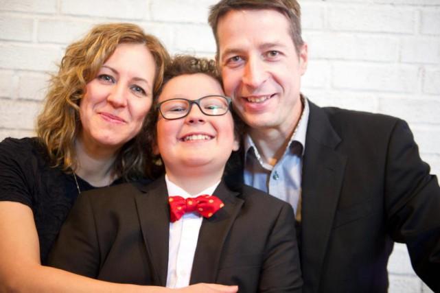 Willem, 10ans, entouré de ses parents, Caroline Simard... (Photo Patrick Woodbury, archives Le Droit)