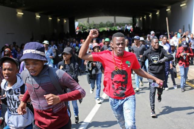 Des étudiants prennent part à une manifestation sur... (photo Siphiwe Sibeko, REUTERS)