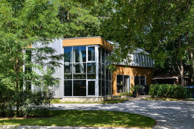 La résidence, qui s'étend sur quatre niveaux, se... (Photo fournie par Centris)