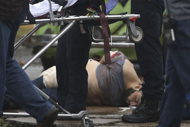 Ahmad Khan Rahami a dû être transporté sur... (AP, Ed Murray)