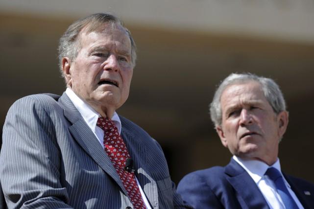 Les anciens présidents George H.W. Bush et son... (AFP, JEWEL SAMAD)