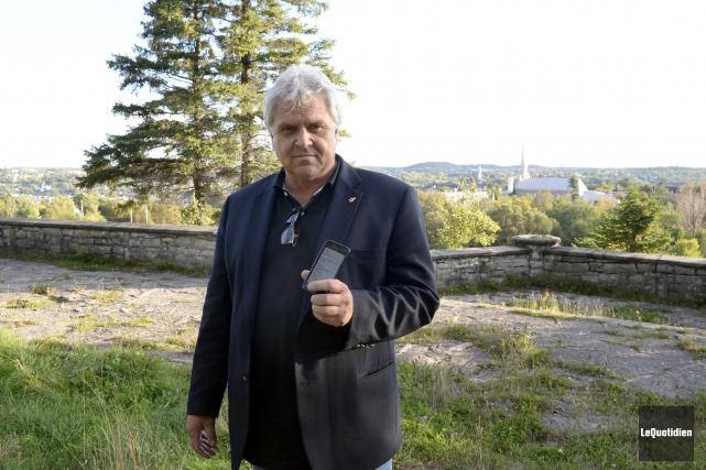 Marc Pettersen prend les numéros de plaques d'immatriculation... (Photo Le Quotidien, Jeannot Lévesque)
