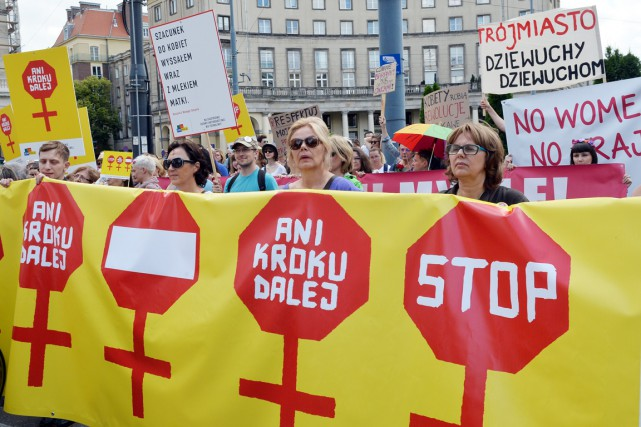 Des femmes manifestent contre le projet de loi... (photo JANEK SKARZYNSKI, archives AFP)