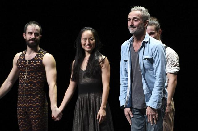Angelin Preljocaj (à droite) avec les danseurs de... (PHOTO ARCHIVES AFP)